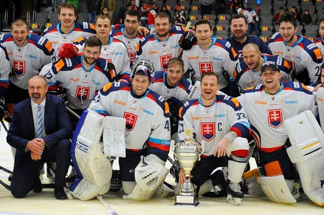 Na snímke slovenskí hokejistipózujú s pohárovou trofejou pre víťaza po treťom zápase na turnaji o Nemecký pohár Švajčiarsko - Slovensko (1:4)