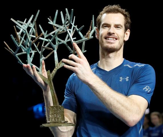 Na snímke britský tenista Andy Murray triumfoval vo finále dvojhry na turnaji ATP Masters 1000 v Paríži nad nenasadeným Američanom Johnom Isnerom za 137 minút 6:3, 6:7 (4), 6:4