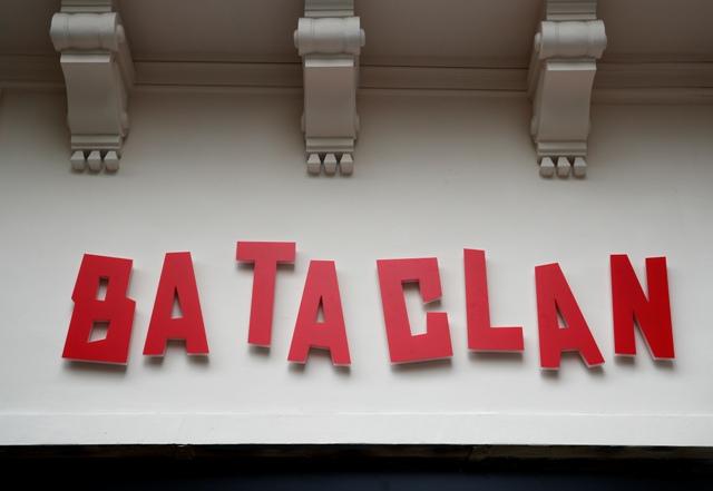 Na ilustračnej snímke veľkým červeným písmom názov Bataclan pred hlavným vstupom do parížskeho klubu v Paríži