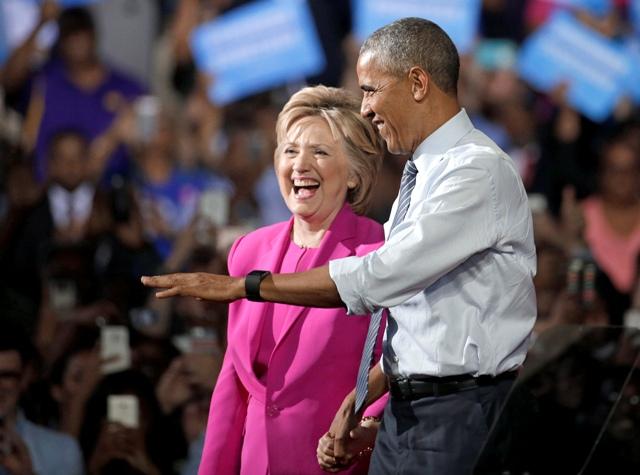Na snímke americký prezident Barack Obama  (vpravo) a americká demokratická prezidentská kandidátka Hillary Clintonová