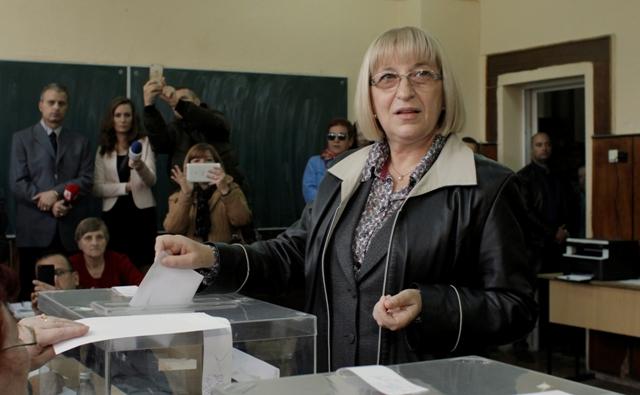 Na snímke predsedníčka bulharského parlamentu a favoritka medzi kandidátmi Cecka Cačevová z vládnucej strany GERB vhadzuje obálku do urny vo volebnej miestosti v prvom kole prezidentských volieb v bulharskom Plevene