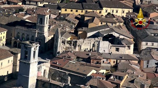 Na leteckej snímke pohľad na zničené mestečko Norcia, deň po silnom zemetrasení v centrálnom Taliansku