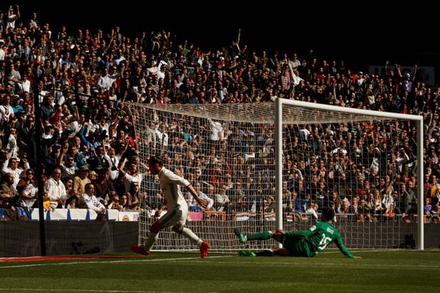 Na snímke waleský stredopoliar Realu Madrid Gareth Bale oslavuje svoj gól v zápase  11. kola španielskej futbalovej La Ligy Real Madrid - Leganes