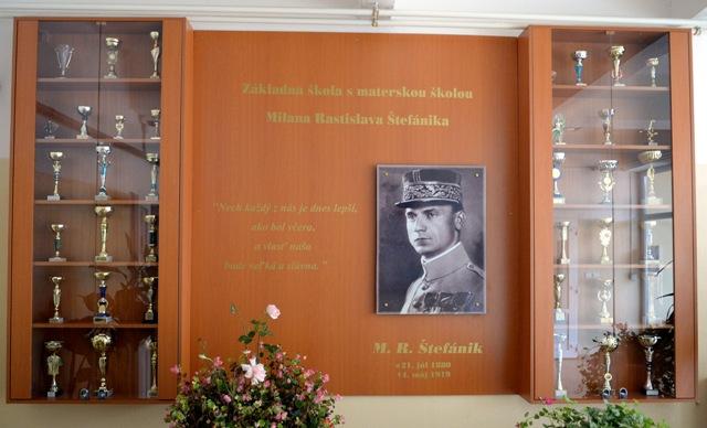 Na snímke portrét Štefánika vo vestibule školy