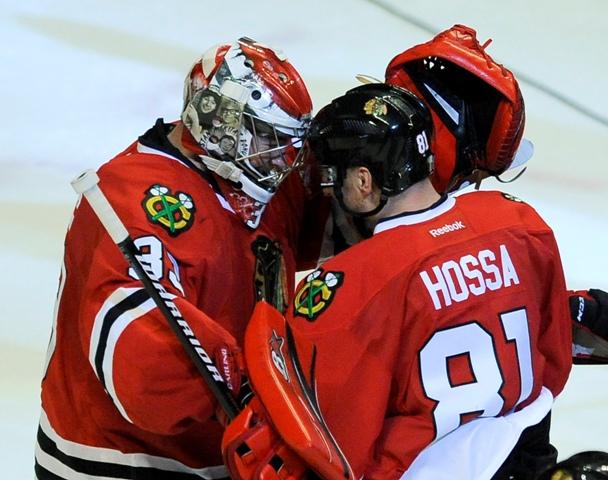 Hokejista Chicaga Blackhawks Slovák Marián Hossa sa teší so spoluhráčom  brankárom Scottom Darlingom po strelení víťazného gólu v predĺžení zápasu zámorskej hokejovej NHL Chicago Blackhawks - Dallas Stars