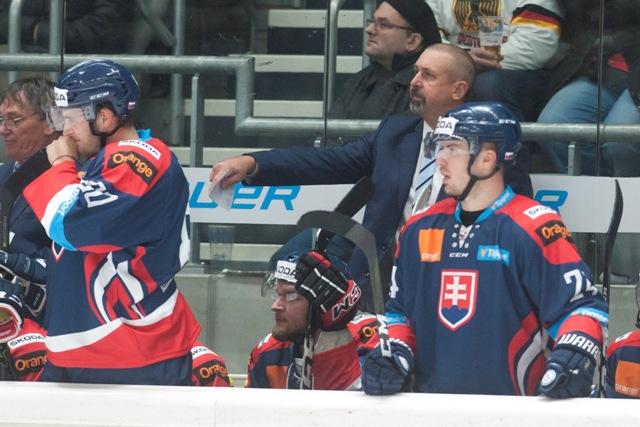Na snímke tréner slovenskej hokejovej reprezentácie Zdeno Cíger (Slovensko) v zápase medzinárodného hokejového turnaja o Nemecký pohár Nemecko - Slovensko