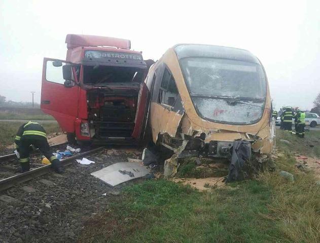 Na snímke hasiči a polícia zasahujú na nechránenom železničnom priecestí pred zastávkou Zemianska Oľča, kde došlo k zrážke osobného vlaku RegioJet s kamiónom krátko po 8.00 h v utorok 8. novembra 2016. Z celkového počtu 20 cestujúcich utrpelo zranenie sedem osôb. Zranený bol aj šofér nákladného vozidla