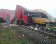 Na snímke zrážka osobného vlaku RegioJet s kamiónom, ku ktorej došlo na nechránenom železničnom priecestí pred zastávkou Zemianska Oľča