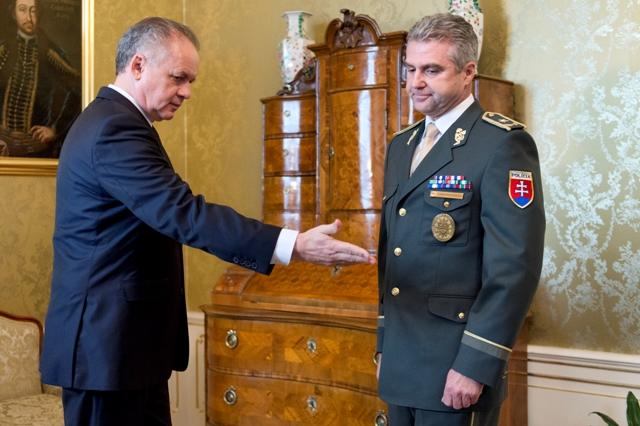 Na snímke vľavo prezident SR Andrej Kiska prijal 8. novembra 2016 v Prezidentskom paláci v Bratislave prezidenta Policajného zboru Tibora Gašpara