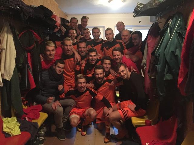 Obrovskú radosť z vysokého víťazstva v derby stretnutí MFK Žarnovica – MFK Nová Baňa (7:3) mali domáci futbalisti a netradične pózovanie pripravili pracovníkom médií netradične vo svojej šatni bezprostredne po odchode z hracej plochy. Štvrté miesto po jesennej časti je najlepšie umiestnenie tohto klubu v novodobej histórií samostatného Slovenska v najvyššej regionálnej futbalovej súťaži III.ligy TIPOS SsFZ