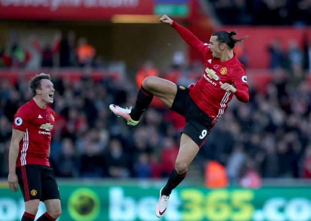 Na snímke vpravo  hráč United Zlatan Ibrahimovič