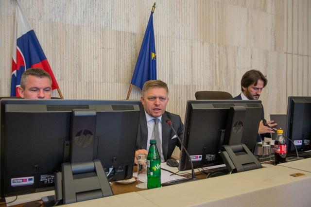 Na snímke zľava podpredseda vlády SR pre investície a informatizáciu Peter Pellegrini, predseda vlády SR Robert Fico a minister vnútra Robert Kaliňák počas 35. schôdze vlády SR