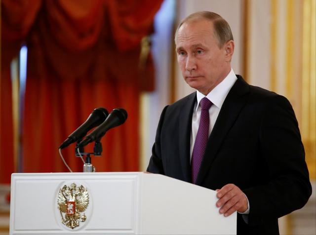 Ruský prezident Vladimir Putin reční v rámci slávnostného odovzdávania poverovacích listín novým veľvyslancom 9. novembra 2016 v Moskve. Ruský prezident Vladimir Putin zablahoželal dnes Donaldovi Trumpovi k víťazstvu v amerických prezidentských voľbách. Putin vyjadril nádej, že sa vzťahov medzi oboma veľmocami zlepšia