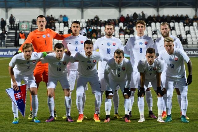 Na snímkena snímke slovenskí futbalisti do 21 rokov
