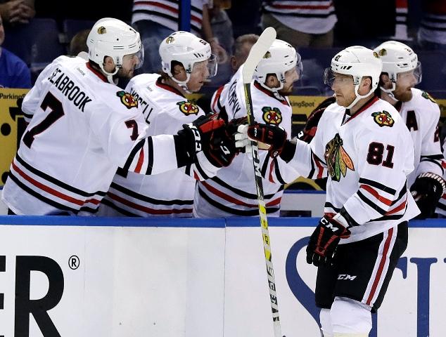 Hokejista Chicaga Blackhawks Slovák Marián Hossa sa teší so spoluhráčmi po strelení gólu v zápase zámorskej hokejovej NHL St. Louis Blues - Chicago Blackhawks