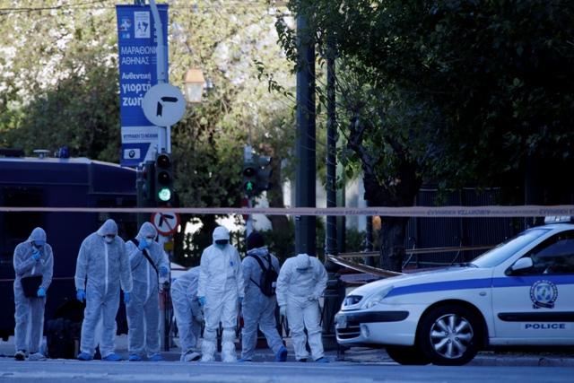 Policajti zhromažďujú dôkazy po granátovom útoku na francúzske veľvyslanectvo v Aténach