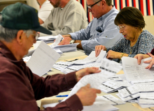 Ilustračné foto:Členovia volebnej komisie sčítavajú volebné lístky po uzatvorení volebnej miestnosti v Hinsdale 8. novembra 2016