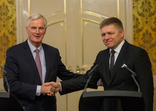 Na snímke predseda vlády SR Robert Fico (vpravo) a hlavný vyjednávač Európskej komisie v otázke vystúpenia Veľkej Británie z EÚ Michel Barnier (vľavo)