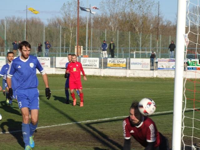 Okrem jediného gólu domácich v prvom polčase sa vyznamenal brankár hostí Roman PACKO, ktorý reflexívne posiela hlavou loptu do bezpečia za bránkovú čiaru mimo bránky na rohový kop domácich. Akciu pozorne sledujú prvý zľava stopér FK Pohronie Ján NOSKO (3) a v strede domáci Alan KOVÁČ (10), ktorého tesne bráni Lukáš GARAJ (11) z FK Pohronie Žiar nad Hronom/Dolná Ždaňa.