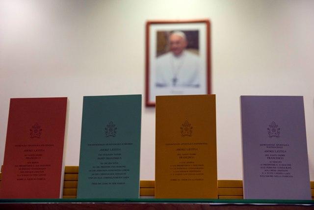 Na snímke kópie novej exhortácie pápeža Františka nazvanej Amoris laetitia (Radosť lásky)