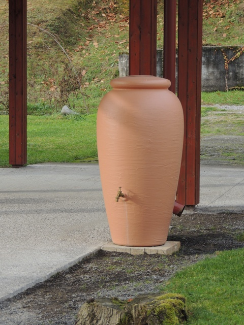 Na snímke jedna z amfor na dažďovú vodu v okolí základnej školy v Župkove