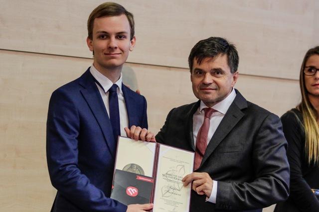 Na snímke vľavo Filip Farkas, ktorý získal Pamätný list sv. Gorazda za reprezentáciu Slovenska na Olympiáde Európskej únie v prírodných vedách a vpravo minister školstva, vedy, výskumu a športu SR Peter Plavčan