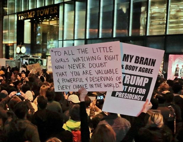 Demonštranti protestujú pred mrakodrapovým sídlom Trump Tower, ktoré slúži aj ako ústredie jeho obchodného konglomerátu v New Yorku v stredu 9. novembra 2016 po víťazstve republikána Donalda Trumpa v amerických prezidentských voľbách