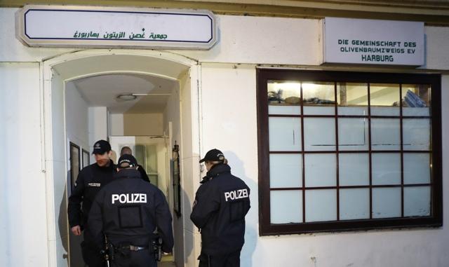 Policajti vchádzajú do mešity počas razie 15. novembra 2016 v Hamburgu