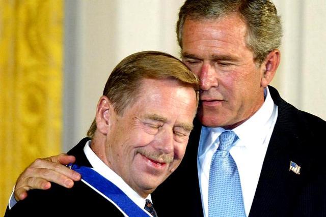 Václav Havel v objatí prezidenta Busha