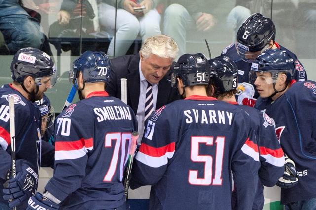 Na snímke krátka porada na striedačke Slovana počas stretnutia hokejovej KHL HC Slovan Bratislava - Jokerit Helsinki 15. novembra 2016 v Bratislave. Uprostred tréner tímu Miloš Říha