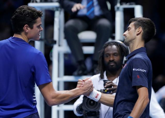 Srbský tenista Novak Djokovič (vpravo) podáva ruku Kanaďanovi Milošovi Raoničovi po víťazstve v zápase skupiny Ivana Lendla na Turnaji majstrov v Londýne