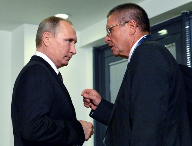 Na archívnej snímke z 10. októbra 2016 ruský prezident Vladimir Putin (vľavo) a ruský minister pre hospodársky rozvoj Alexej Uľukajev počas stretnutia v Istanbule