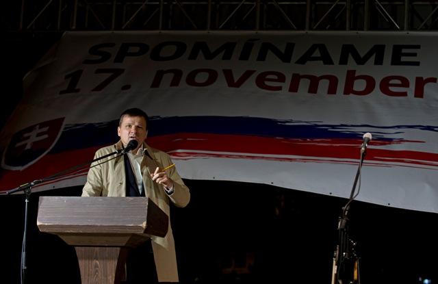 Na Námestí SNP v Bratislave sa konalo 17. novembra 2015 spomienkové podujatie pri príležitosti 26. výročia Nežnej revolúcie za účasti lídrov strán Most-Híd, KDH a #Sieť. Na snímke Alojz Hlina (KDH)