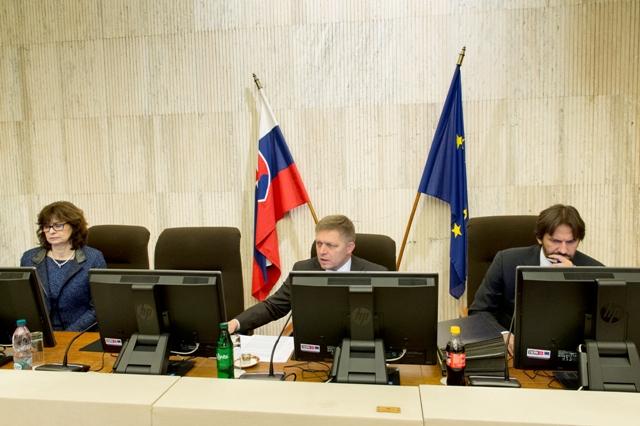 Na snímke zľava podpredsedníčka vlády SR a ministerka spravodlivosti SR Lucia Žitňanská, predseda vlády SR Robert Fico a vpravo podpredseda vlády SR a minister vnútra SR Robert Kaliňák