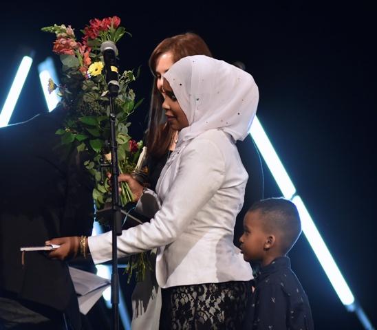 Na snímke zľava pracovníčka charity Emília Trepáčová a somálska utečenkyňa Khadra Abdile so svojím synom počas slávnostného odovzdávania ocenenia