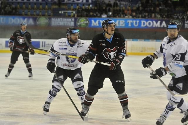 Na snímke druhý vľavo Dominik Kadura (MHC Martin), Jordan Hickmott (Banská Bystrica) a Jere Pulli (Martin) počas hokejového zápasu 22.kola Tipsport Ligy MHC Martin – HC´05 iClinic Banská Bystrica