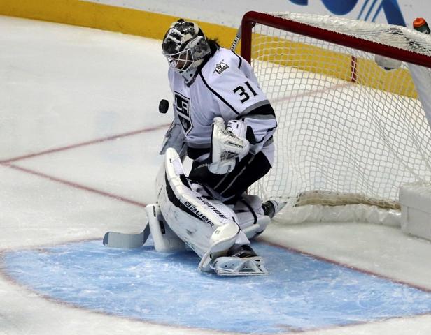 Brankár Peter Budaj z Los Angeles Kings blokuje strelu počas zápasu zámorskej NHL proti Anaheimu Ducks