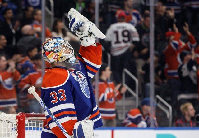 Brankár Edmontonu Oilers Cam Talbot sa teší z čistého konta a výhry 5:0 v zápase zámorskej hokejovej NHL proti Chicagu  Blackhawks