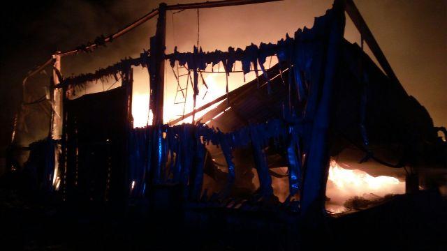 Na snímke požiar skladu textílií v Sládkovičove, ktorý je umiestnený v areáli bývalého cukrovaru