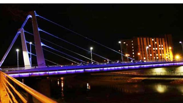 Chrenovský most v Nitre svietil purpurovo