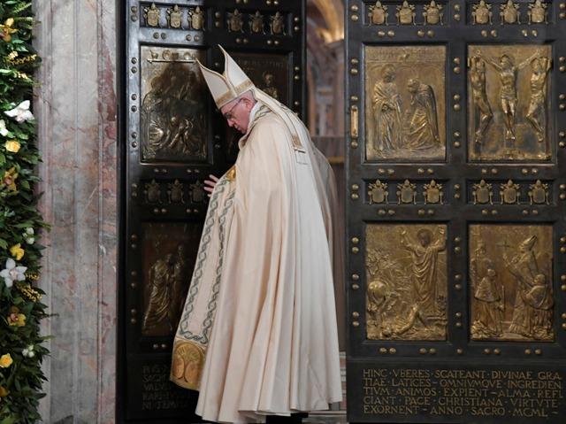 Pápež František zatvára Svätú bránu Baziliky sv. Petra vo Vatikáne, čím oficiálne ukončil Svätý rok milosrdenstva