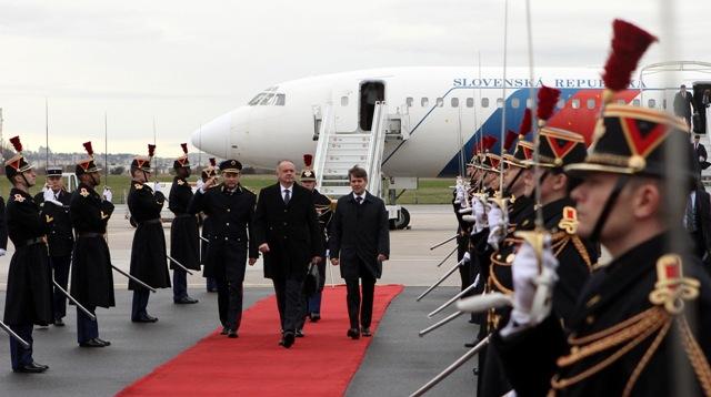 Prezident SR Andrej Kiska kráča po červenom koberci počas slávnostného privítania po prílete na parížskom letisku Orly v pondelok 21. novembra 2016