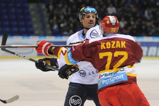 Na snímke vľavo útočník Michel Miklík (Košice), vpravo obranca Lukáš Kozák (Dukla) v predohrávanom zápase 23. kola slovenskej hokejovej Tipsport Ligy HC Košice - Dukla Trenčín