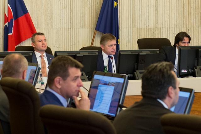 Na snímke zľava v pozadí podpredseda vlády SR pre investície a informatizáciu Peter Pellegrini, premiér SR Robert Fico a podpredseda vlády a minister vnútra SR Robert Kaliňák