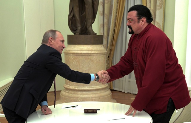 Ruský prezident Vladimir Putin (vľavo) víta amerického herca Stevena Seagala v moskovskom Kremli