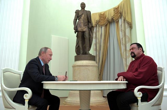 Ruský prezident Vladimir Putin (vľavo) a americký herec Steven Seagal počas rozhovoru v moskovskom Kremli