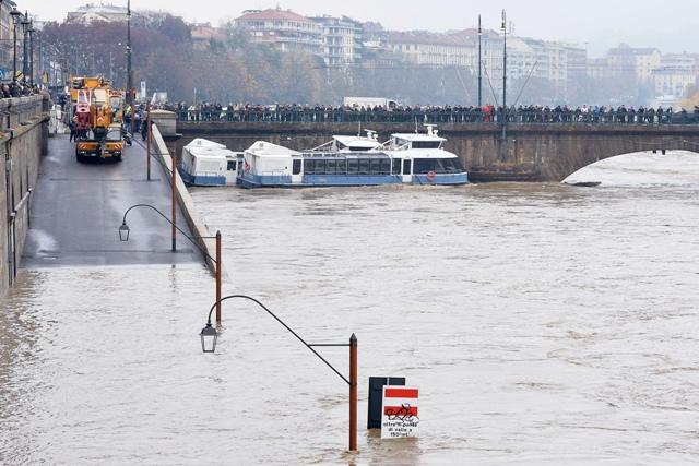 Na snímke rozvodnená rieka Murazzi v talianskom meste Turín 25. novembra 2016