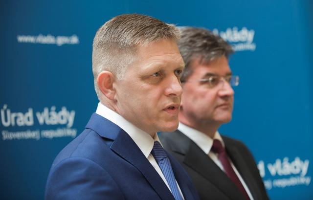 Na snímke vľavo premiér SR Robert Fico a vpravo minister zahraničných vecí a európskych vecí SR Miroslav Lajčák