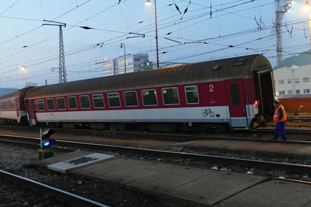 Na snímke vykoľajený osobný vlak na vlakovej železničnej stanici v Žiline dňa 26. novembra 2016