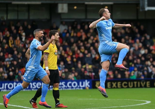 Hráč Stoke City Charlie Adam (vpravo) oslavuje úvodný gól do bránky Watfordu vo futbalovom zápase anglickej Premier League  Watford - Stock City